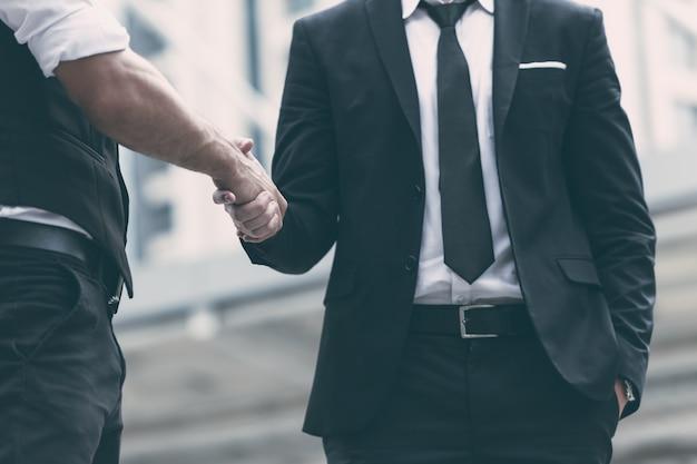 Los empresarios que hacen apretón de manos para tratar el proyecto empresarial están de acuerdo en concepto