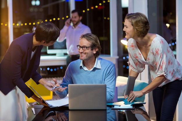 Empresarios que interactúan entre sí