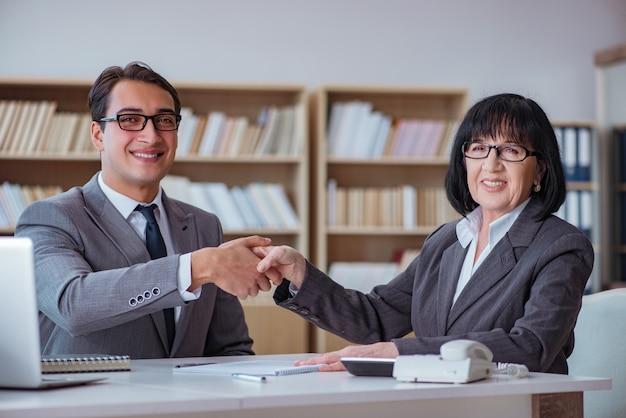 Empresarios que tienen discusión de negocios en la oficina