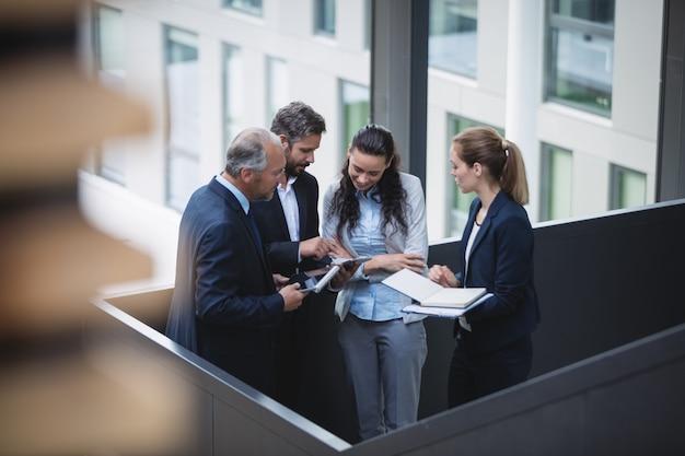 Los empresarios que tienen una discusión en la oficina