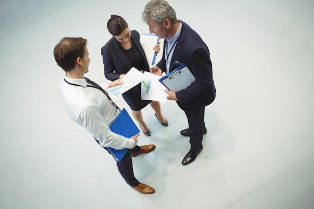 Empresarios que tienen discusión sobre el documento