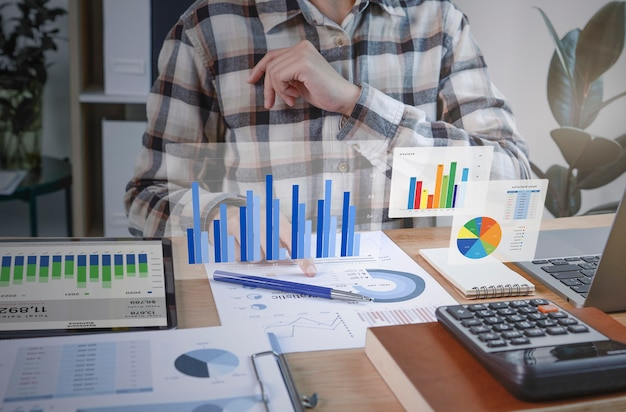 Los empresarios que trabajan en finanzas y contabilidad analizan financi