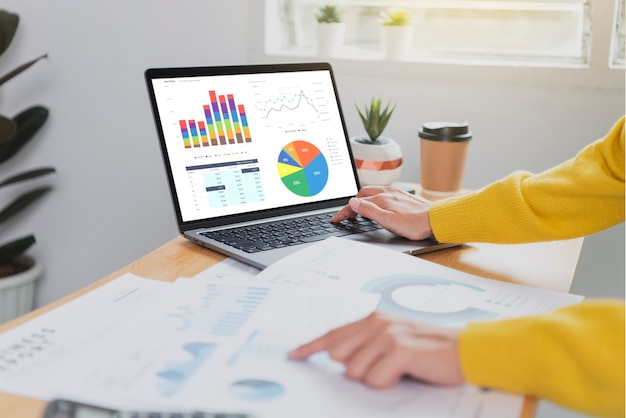 Empresarios que trabajan en finanzas y contabilidad analizan el presupuesto del gráfico financiero y la planificación para el futuro en la sala de la oficina.