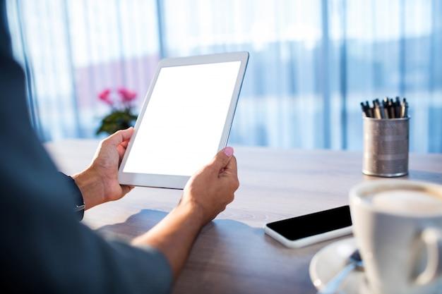 Empresarios que usan una tableta