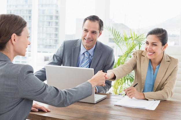 Empresarios realizando una entrevista.