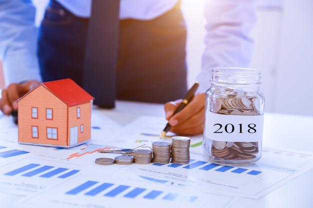Los empresarios recolectan dinero para comprar una casa en el futuro 2018