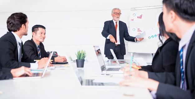 Empresarios reunidos y discutiendo con colegas en la sala de conferencias