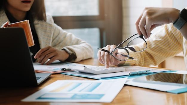 Empresarios reunidos para discutir la situación con la calculadora. concepto financiero empresarial