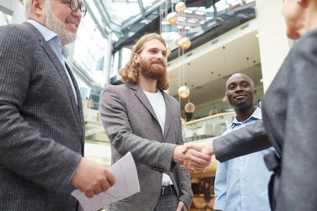 Empresarios reunidos en el lobby