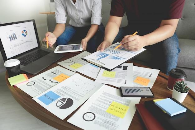 Empresarios reunidos en la oficina escribiendo notas en notas adhesivas. estrategia de planificación y lluvia de ideas, colegas pensando en concepto.