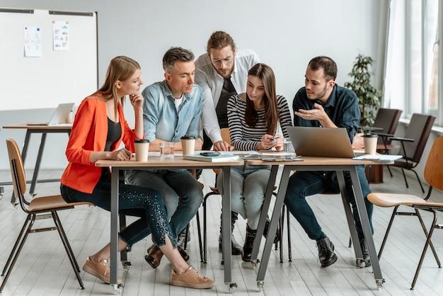 Empresarios reunidos en la oficina trabajando juntos