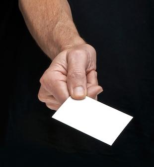Empresarios reunidos por primera vez, entregando una tarjeta.