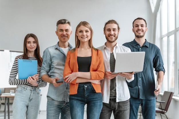 Empresarios en reunión de oficina