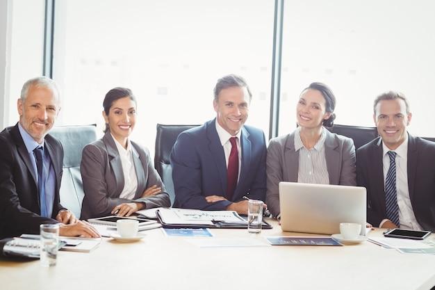 Empresarios en la sala de conferencias