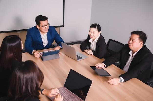 Empresarios en sala de seminarios
