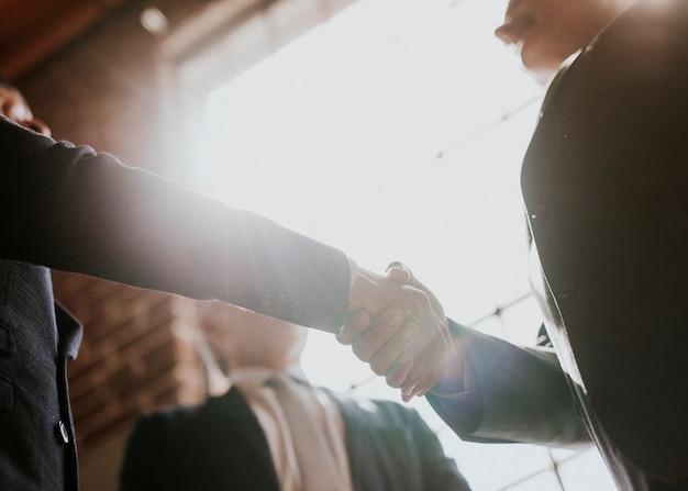 Empresarios saludando por un apretón de manos