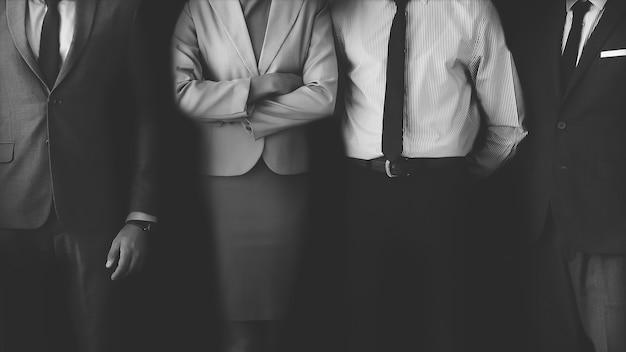 Empresarios seguros de pie juntos