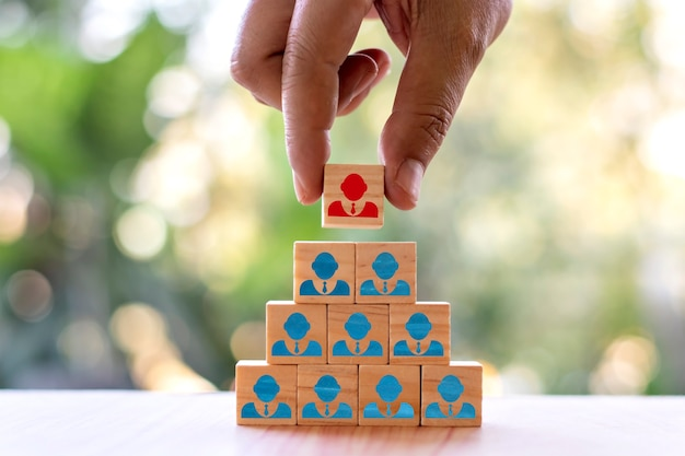 Los empresarios seleccionan a personas que se destacan entre la multitud o líderes de equipo exitosos, conceptos de recursos humanos y directores ejecutivos.