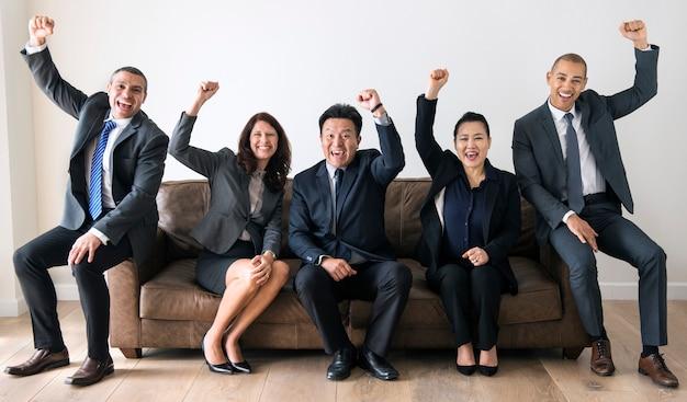Empresarios sentados juntos en el sofá