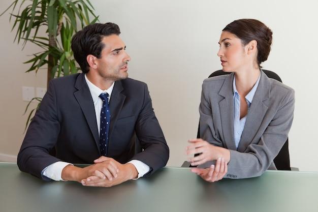 Empresarios serios negociando