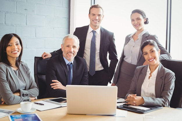 Empresarios sonriendo en la sala de conferencias