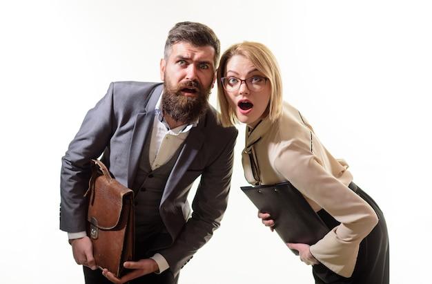 Empresarios sorprendidos sostiene carpeta y maletín empresario en traje con maleta empresaria