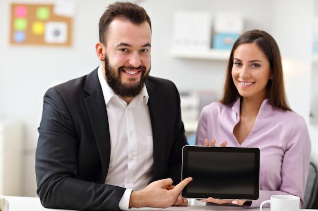 Empresarios con tableta en la oficina