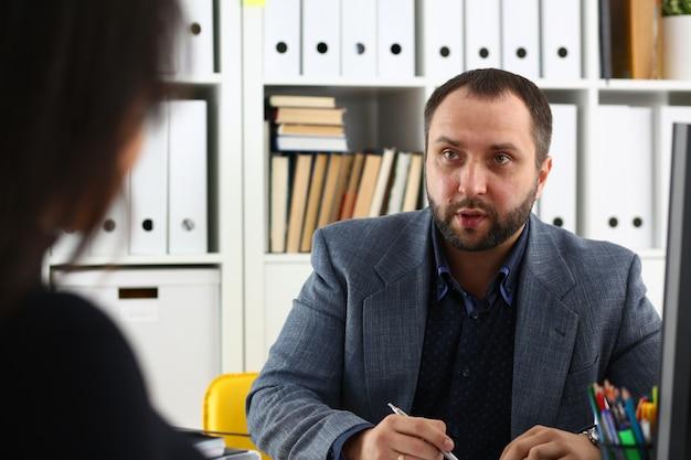 Los empresarios tienen una discusión, la mujer da una entrevista al gerente que le gustaría obtener un nuevo trabajo