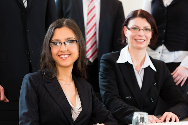 Empresarios tienen reunión de equipo en una oficina