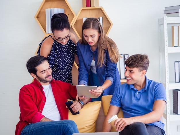 Los empresarios trabajan cómodamente y se reúnen para discutir la situación.
