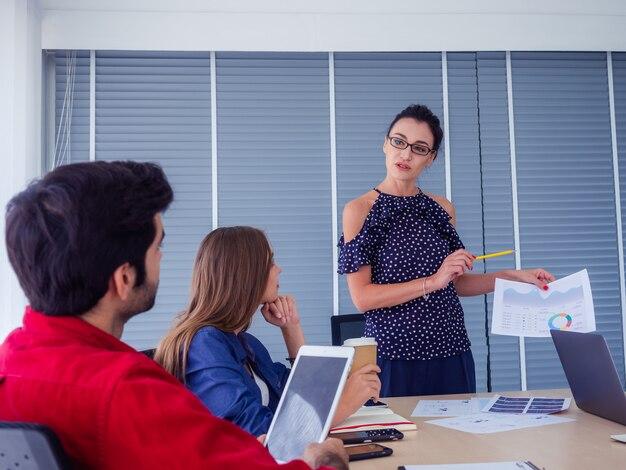 Los empresarios trabajan juntos y se reúnen para discutir la situación.