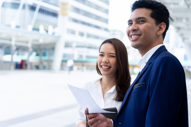 Empresarios trabajando en equipo mirando hacia adelante junto con la felicidad después de completar el objetivo