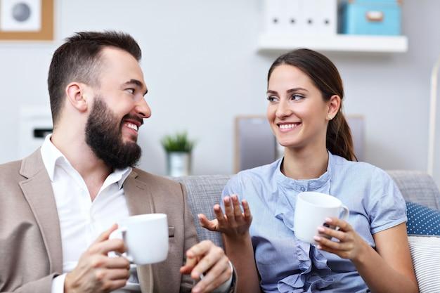 Empresarios trabajando juntos en la oficina