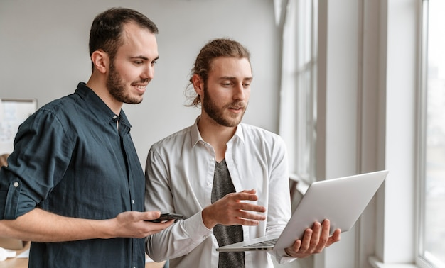 Empresarios trabajando juntos
