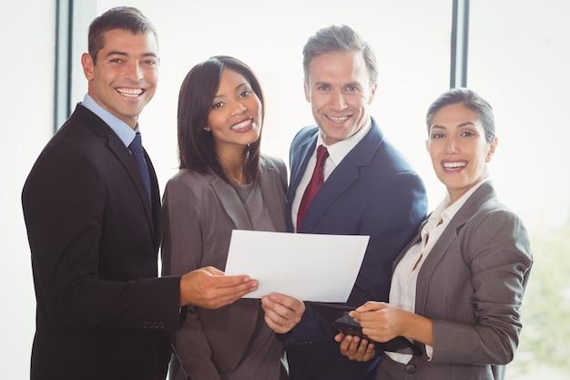 Empresarios trabajando en oficina
