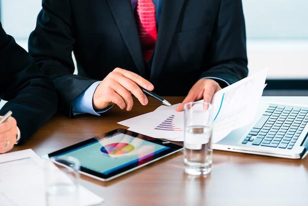Empresarios trabajando con tablet pc