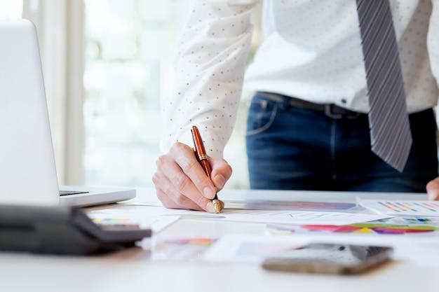 Los empresarios de trabajo analizan los datos de marketing de alto rendimiento.