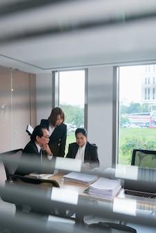 Empresarios vietnamitas asiáticos discutiendo documentos en la reunión