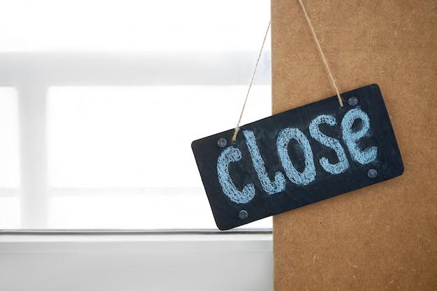 Las empresas están cerradas bajo la cuarentena de coronavirus covid-19. letrero que dice cerrar en cafetería o restaurante