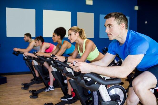 En forma de personas en una clase de spinning en el gimnasio