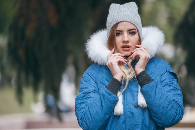 Enamorada de la naturaleza, una chica con chaqueta camina por el parque de otoño. ropa de abrigo para la temporada de otoño. mujer con sombrero disfruta de la caída. paseos por el parque.