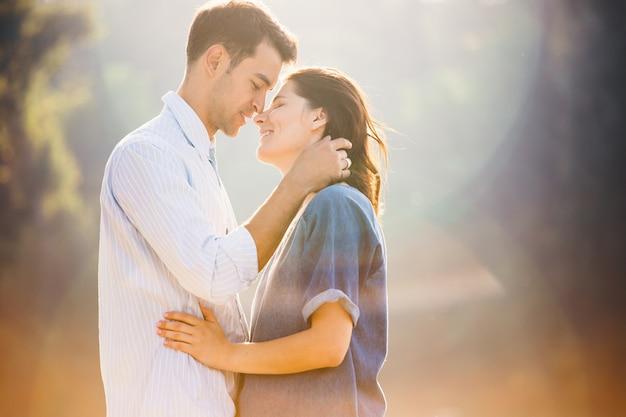 Enamorada pareja disfrutando los momentos de estar juntos
