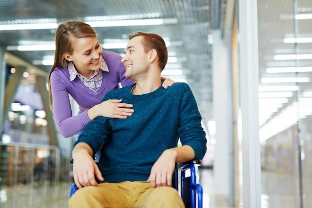Enamorado del hombre discapacitado