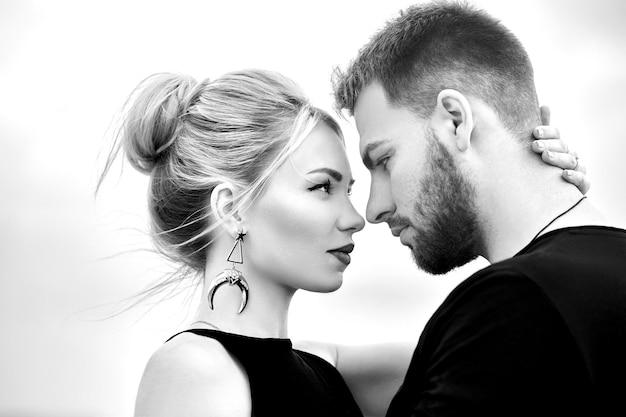 Enamorados pareja oriental en las montañas de capadocia se abraza y besa. amor y emociones amantes de la pareja de vacaciones en turquía. primer plano, retrato, hombre y mujer