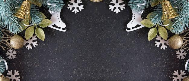 Encabezado de invierno plano laico: ramitas de abeto con decoración navideña en colores dorado, azul y blanco