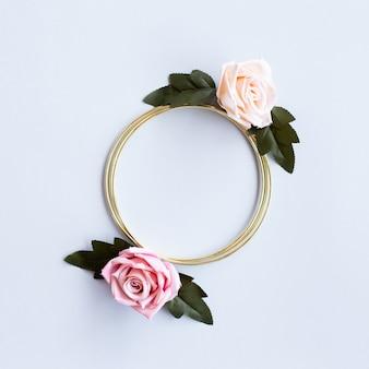 Encantadora boda de felicitación con flores rosas y círculo dorado.