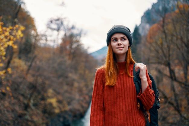 Encantadora chica con una mochila