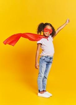 Encantadora chica en traje de superhéroe