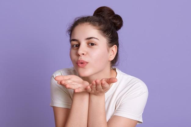 Encantadora dama haciendo gesto de beso de aire
