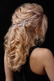 La encantadora dama tiene un bonito peinado